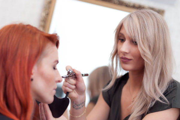 Unsere Jana macht gerade Airbrush Make-Up